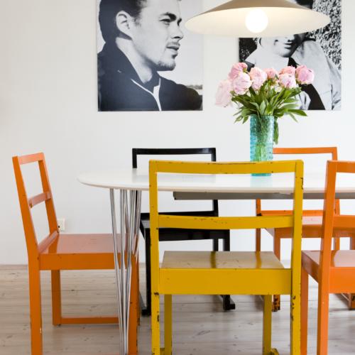 slitna stolar gul orange svartvita porträtt