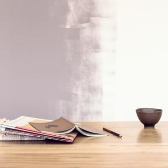 lila rollad vägg tidningar