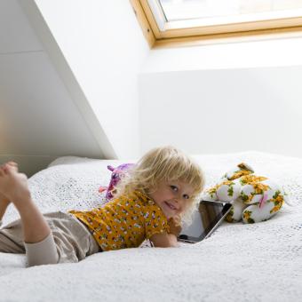flicka säng ipad blommiga mjukisdjur