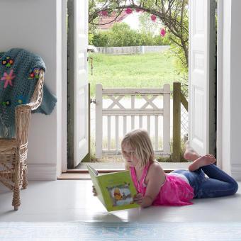 dotter läser barnbok öppen dörr