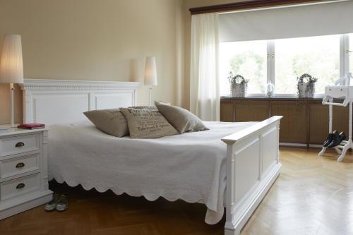 sovrum beiga väggar shabby chic