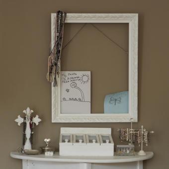 beige vägg vit ram smycken