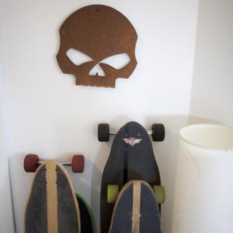 longboards lutade mot vägg döskalle