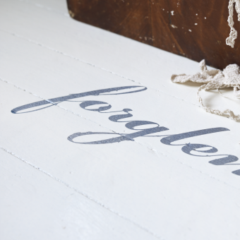 kalligrafi dekorationsmålning trä vitt