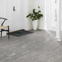 Composite Cool Grey klikkvinyl på gulvet i en lys gang