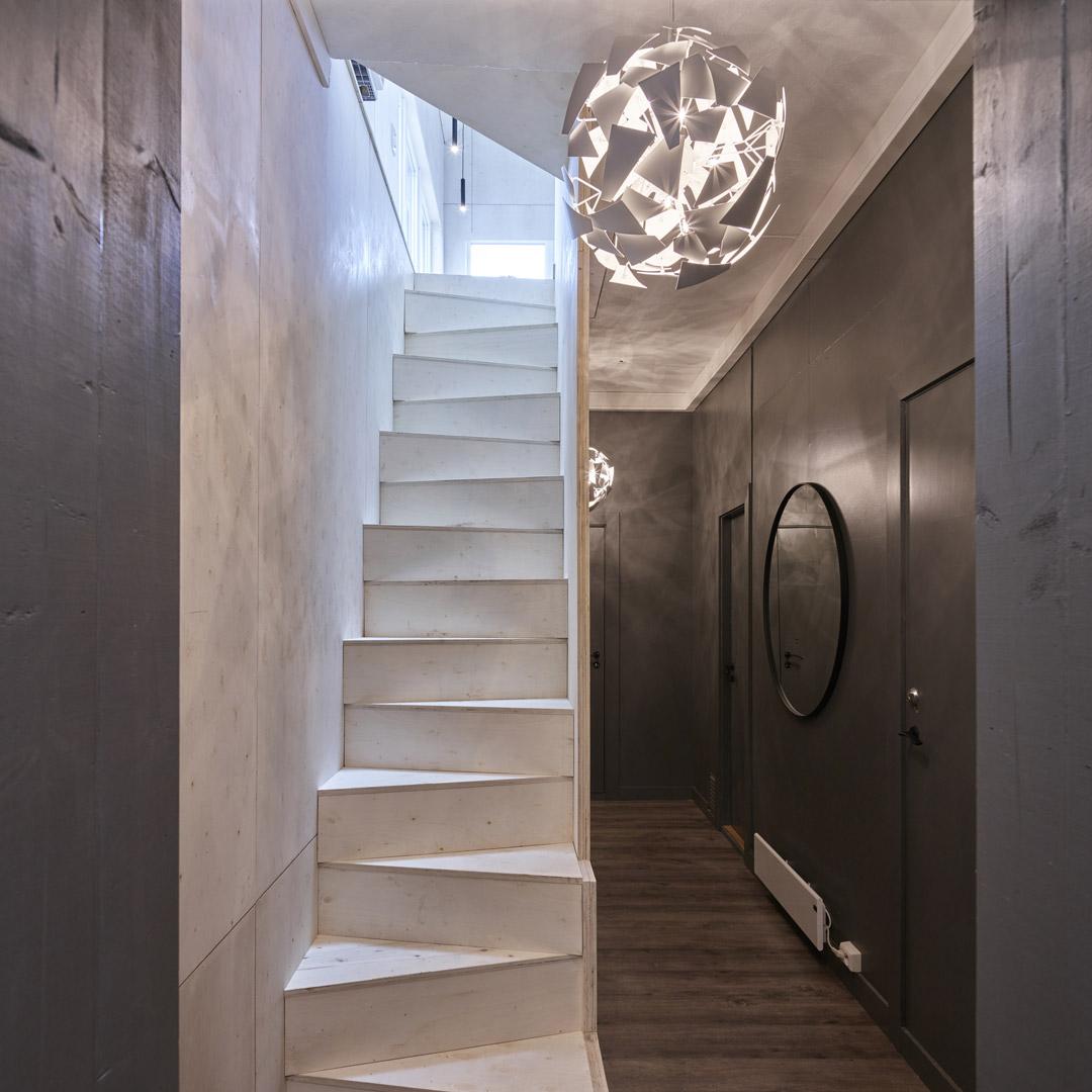 Trapp opp til hems i gangen
