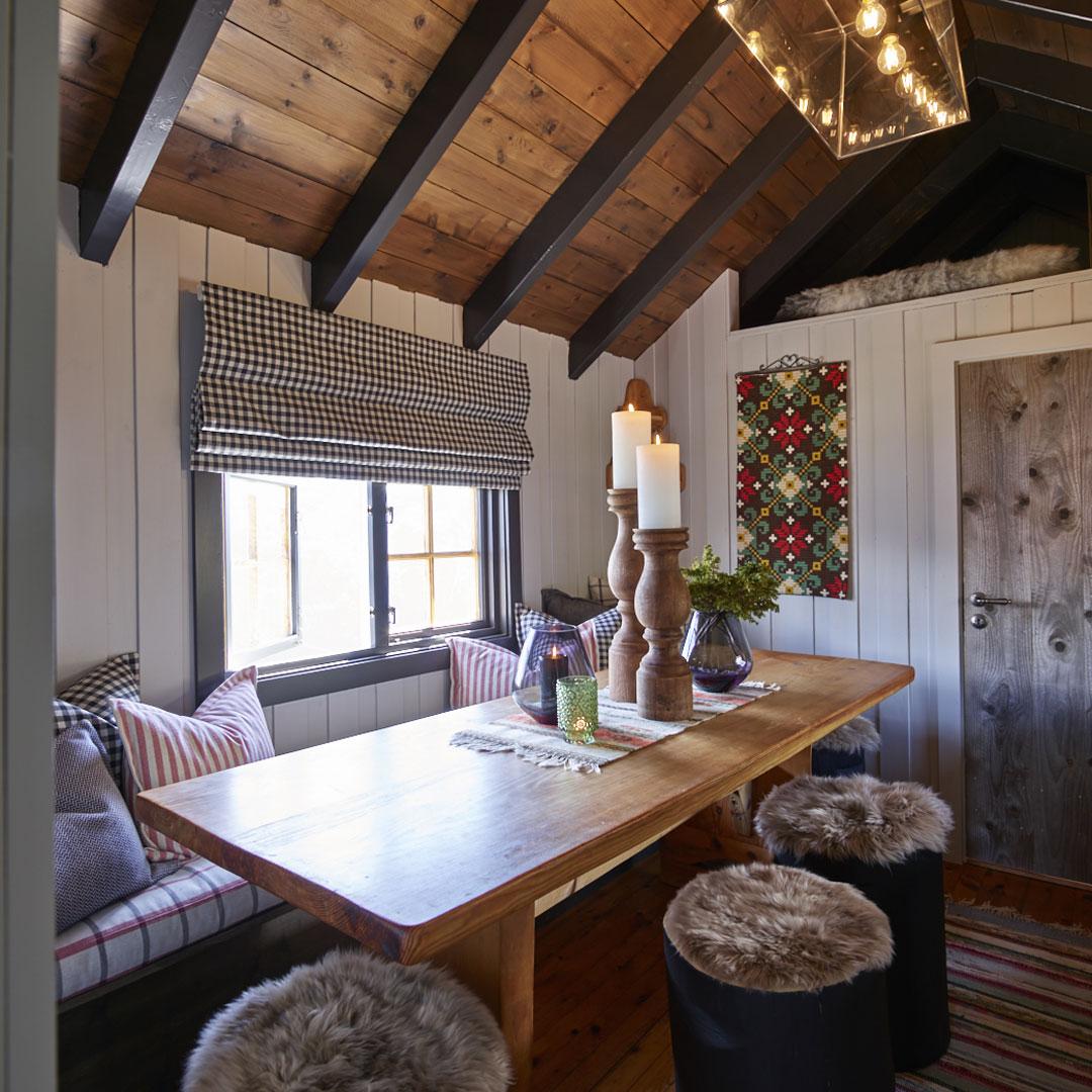 Spiseplass på hytte med malt panel