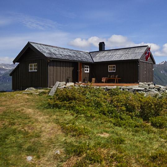 Nymalt brun hytte i geiranger