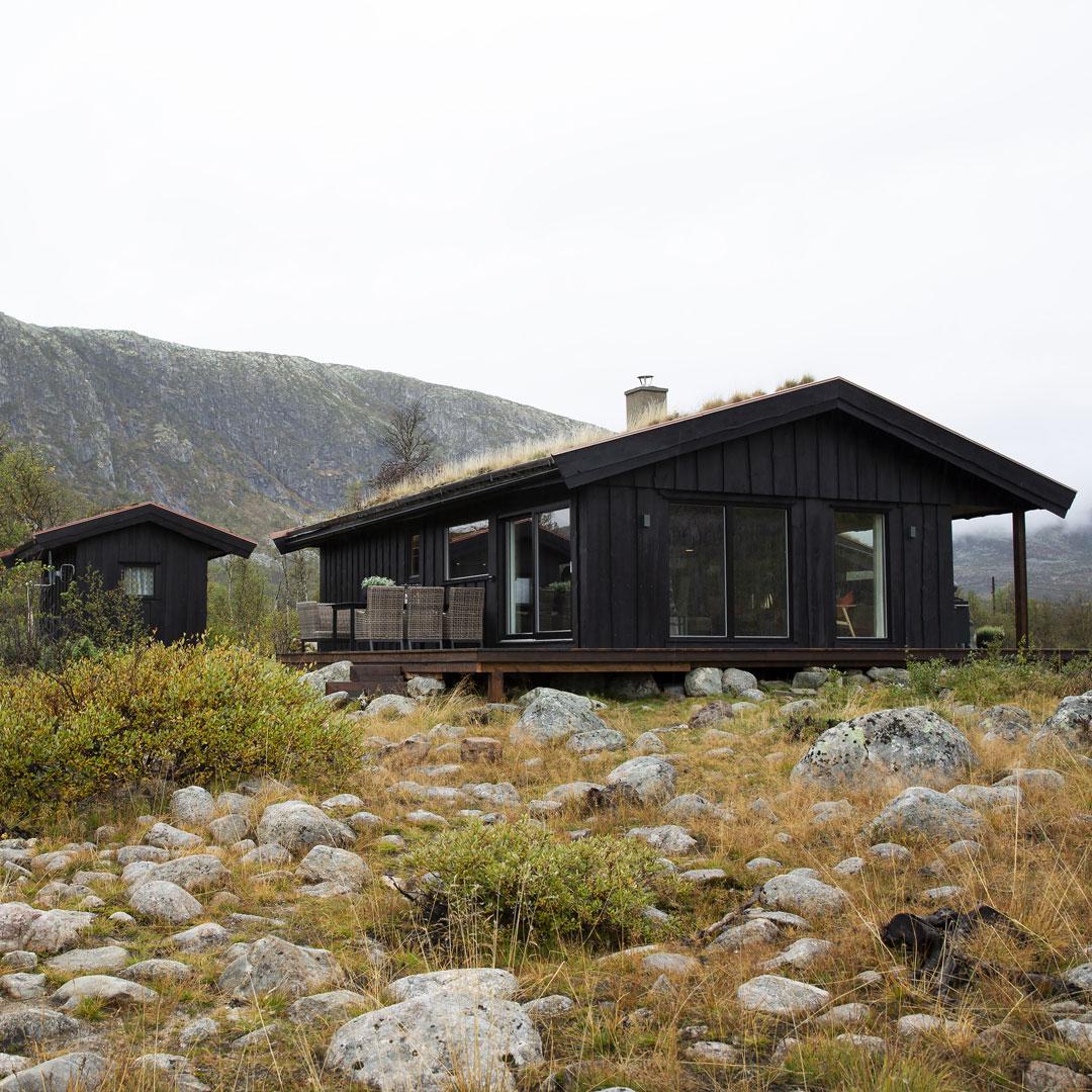 Bilde av en brun hytte på vidda fra utsiden