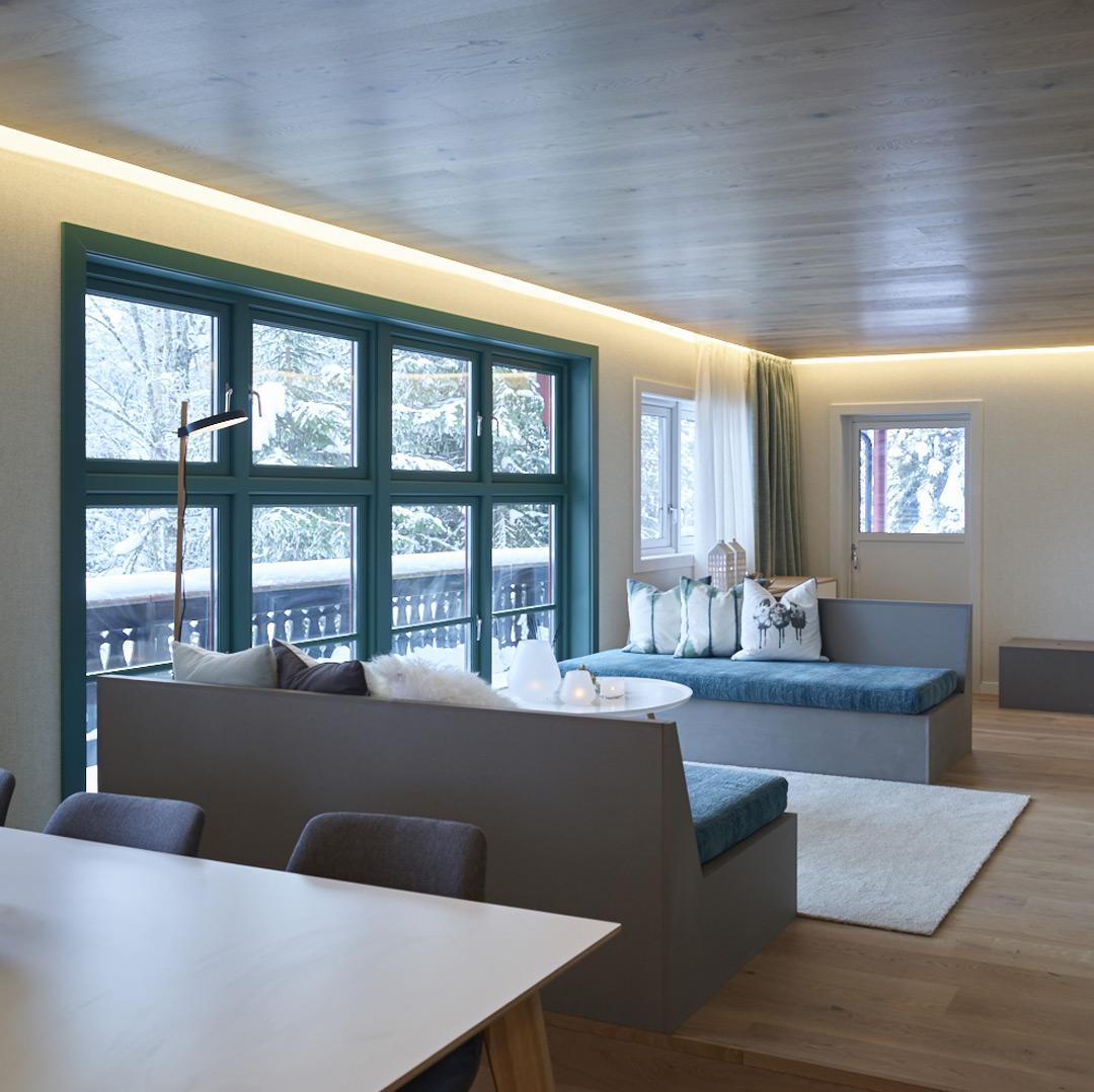 Hyttestue i moderne stil med lyse vegger og tak