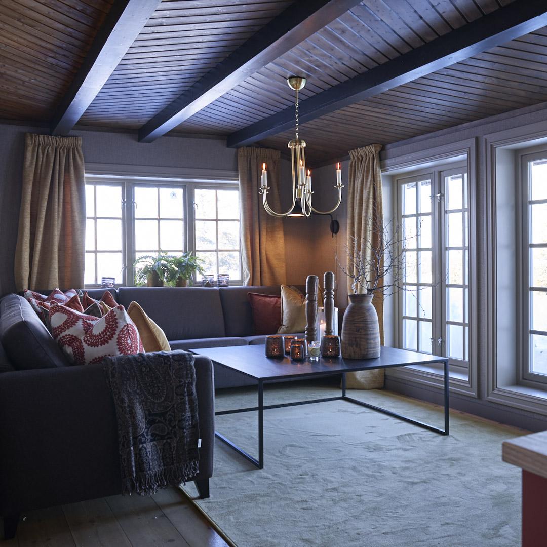 Stue i hytte med malte vegger og tak