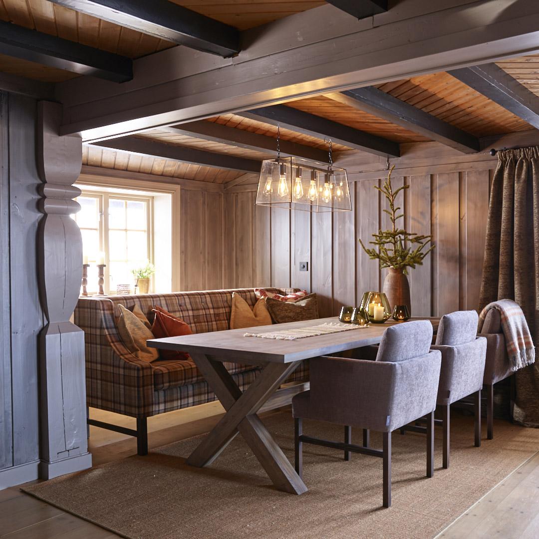 Spiseplass på hytte med malte vegger og tak