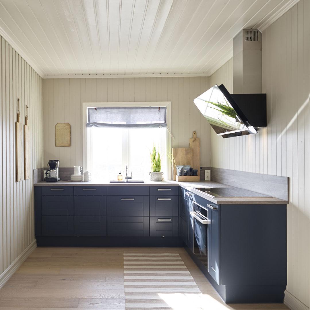 Nyoppusset lyst kjøkken med blå skap