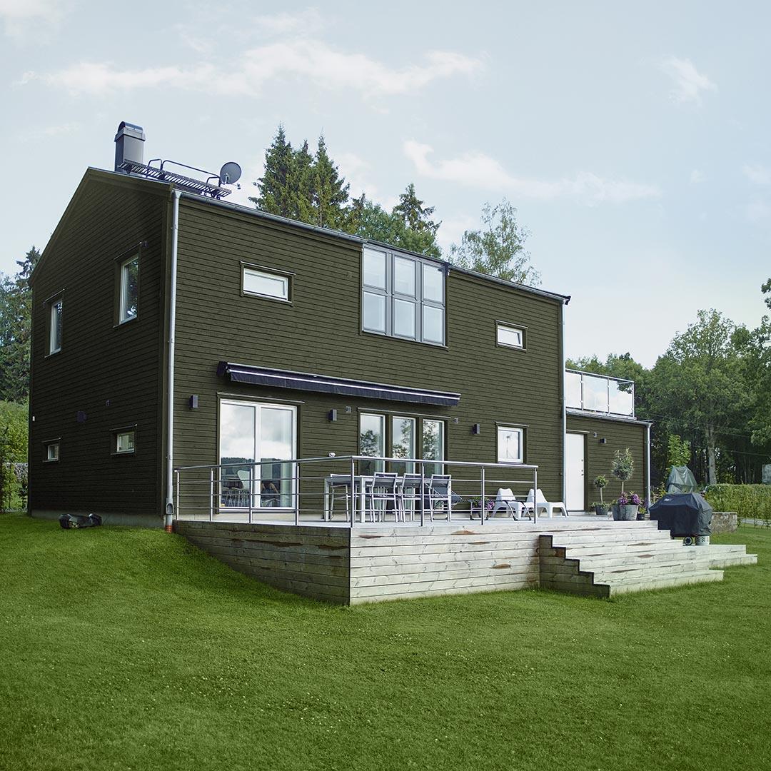 Moderne hus med stor ahge malt i grønn farge brønnkarse