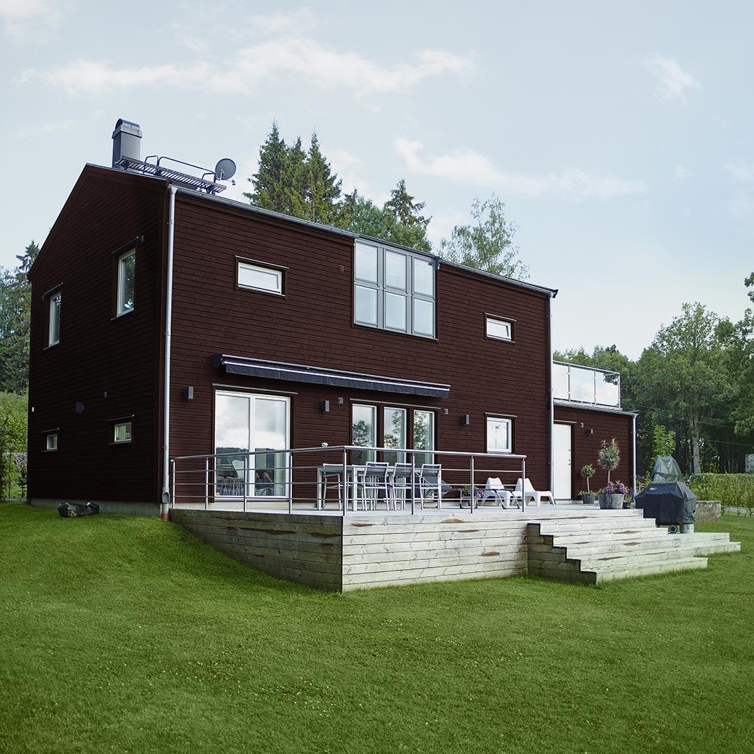 Moderne hus med stor hage malt med rød farge chili