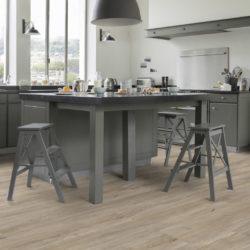 Grått kjøkken med store vinduer og gulv av typen klikkvinyl