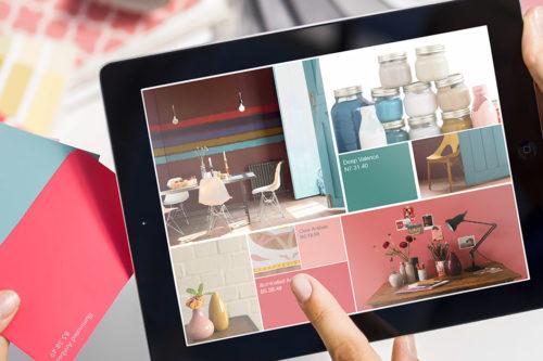 nærbilde av noen som holder en iPad og viser frem et moodbaord med farger, interiørbilder og inspirasjon