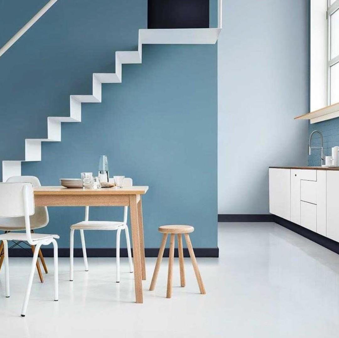 lyst kjøkken med nordisk blågrå på veggen