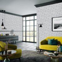 Stue med gulgrønne møbler og tapetserte vegger i grå sirkelmønster