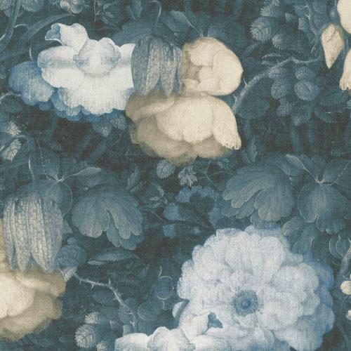 utsnitt av blomstrete tapet med dus blåfarge